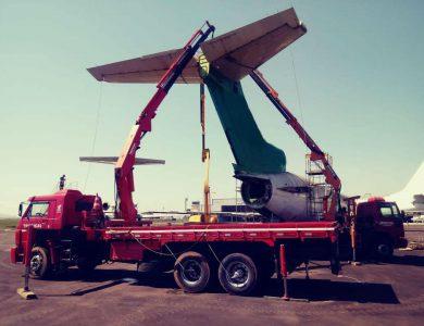 Munck auxiliando pra manutenção de aeronave