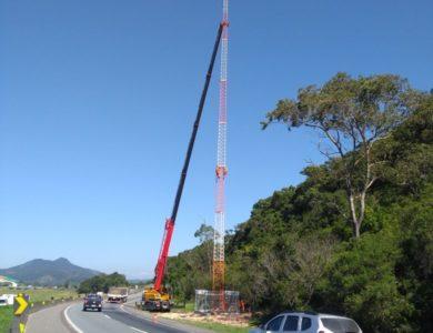 Torre de comunicação em rodovia autopista